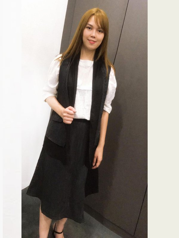 SLEEVELESS OUTERWEAR WITH STRIPED DESIGN (BLACK)