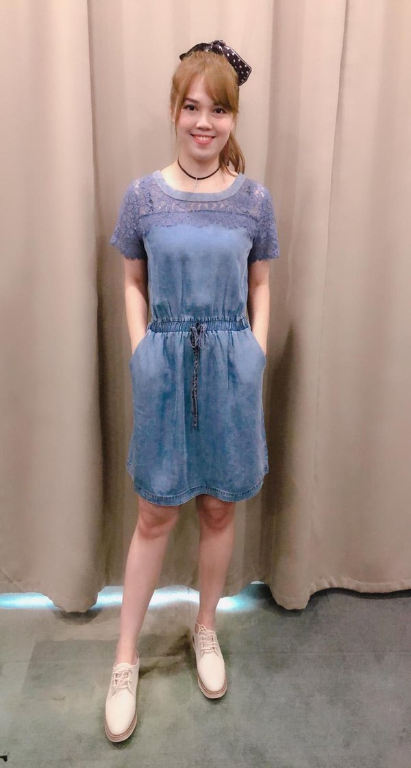 LACE SHOULDER DRESS (LIGHT DENIM BLUE)