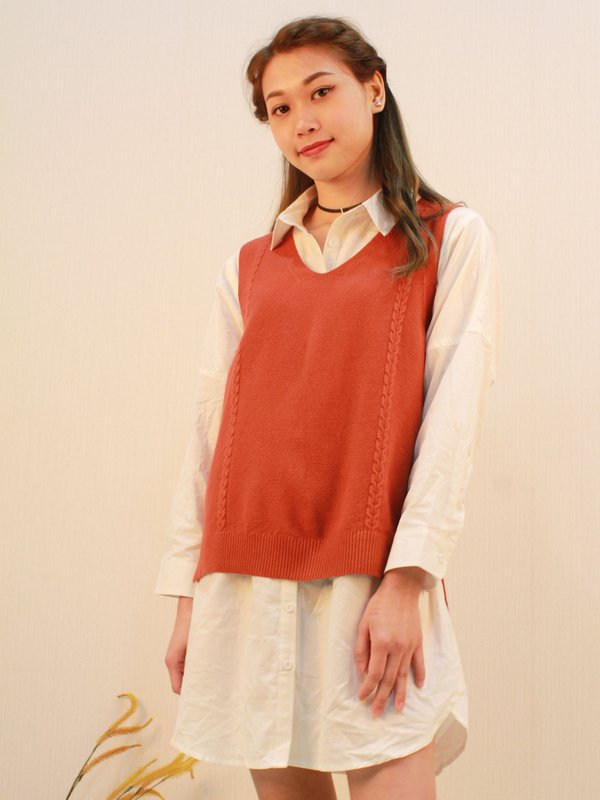 V COLLAR SLEEVELESS VEST SWEATER (RUSTIC RED)