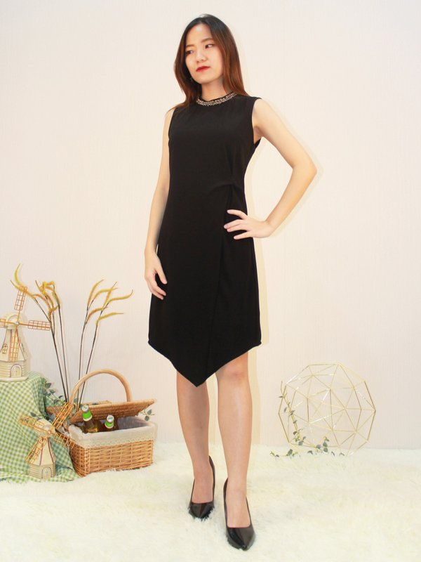 ROUND NECK SLEEVELESS V DRESS (BLACK)